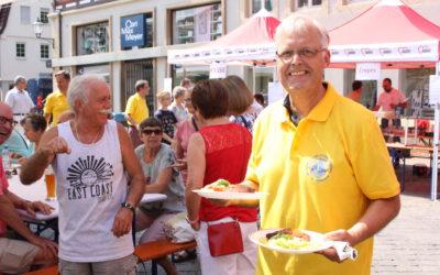 Schnitzel-Essen auf dem Marktplatz